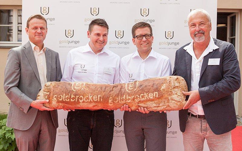 Ein riesen Brot bei der Eröffnung des goldjungen nach Markenentwicklung