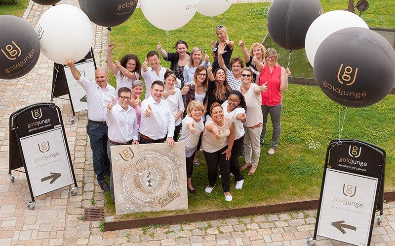 Das Team bei der Eröffnung des goldjungen nach Markenentwicklung