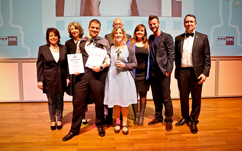 Die Gewinner des IHK-Azubi-Film-Contest mit dem Team von OPUS Marketing und der IHK